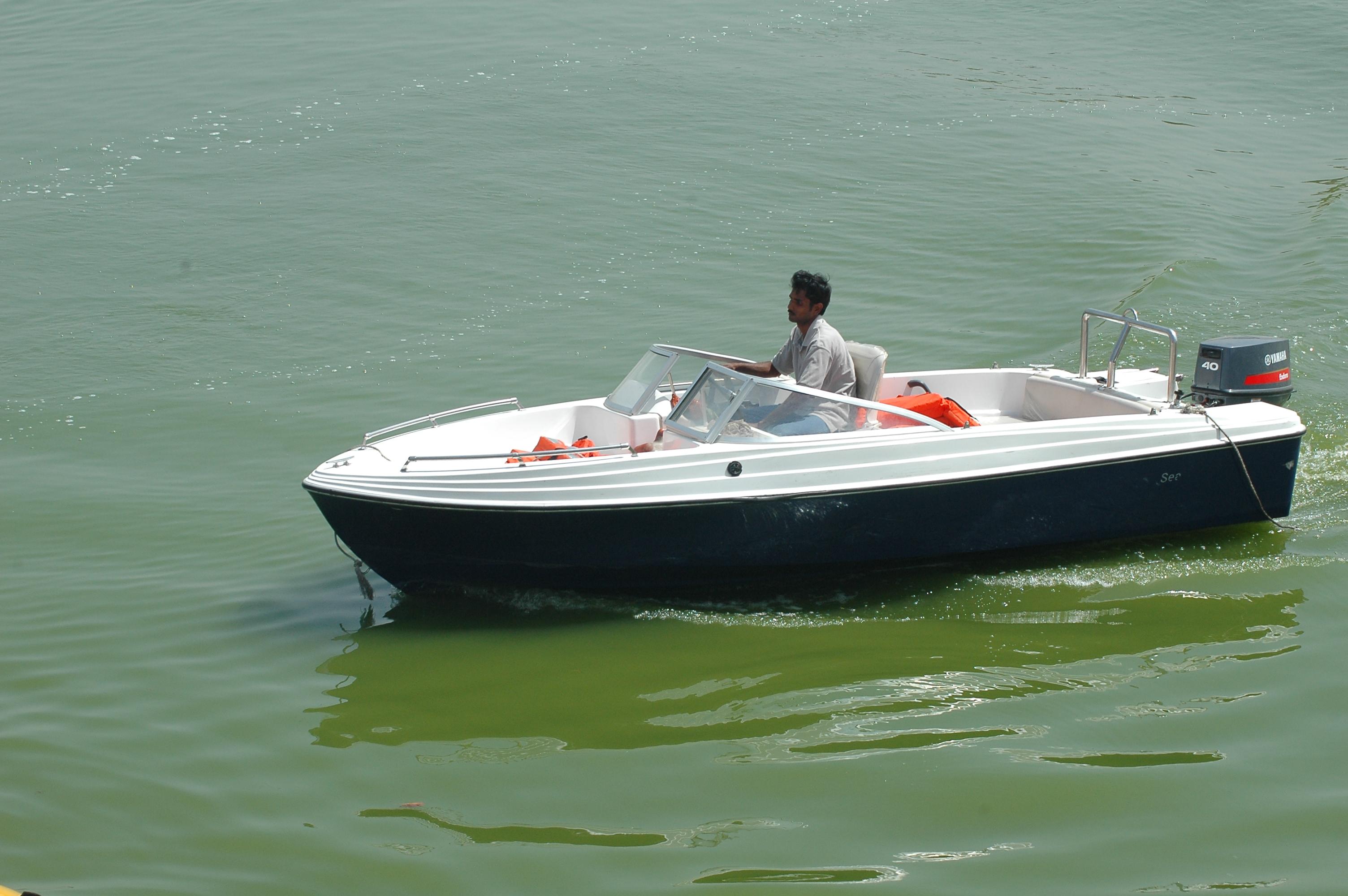 Motorboat_at_Kankaria_lake