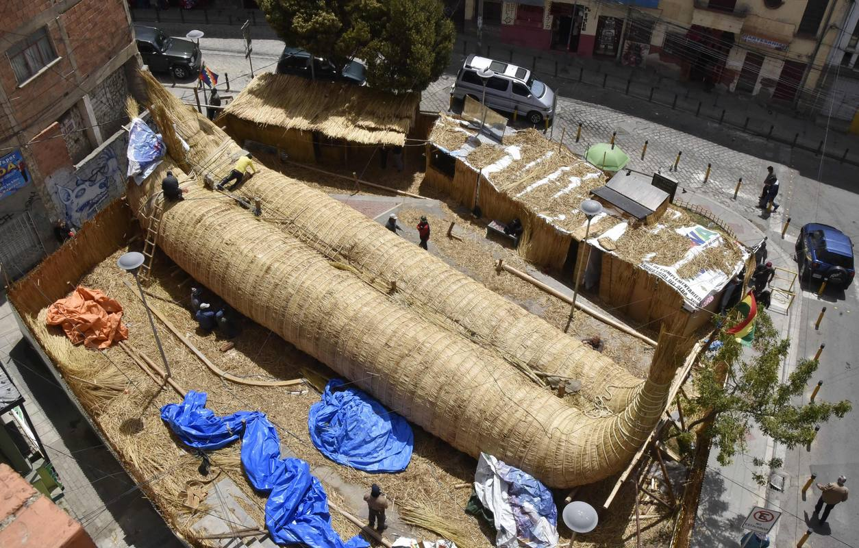 General view of a 18 metres long reed raft construct by craftsman on October 19, 2016 in La Paz, Bolivia. The constructed reed raft will sail across the Pacific Ocean travelling 10.000 nautical miles (18.520 kilometres) to spread an integration message, as part of Viracocha III expedition, that will depart from Arica, Chile, on January 2017 and arrive to Sidney, Australia 6 months later. / AFP PHOTO / AIZAR RALDES