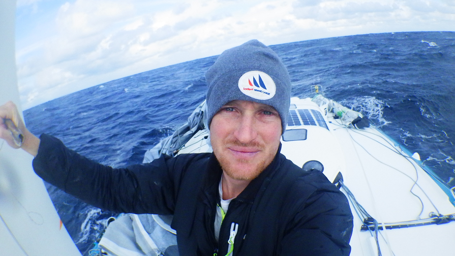 Photo sent from the boat Foresight Natural Energy, on February 11th, 2017 - Photo Conrad Colman Photo envoyée depuis le bateau Foresight Natural Energy le 11 Février 2017 - Photo Conrad Colman Dismasted boat