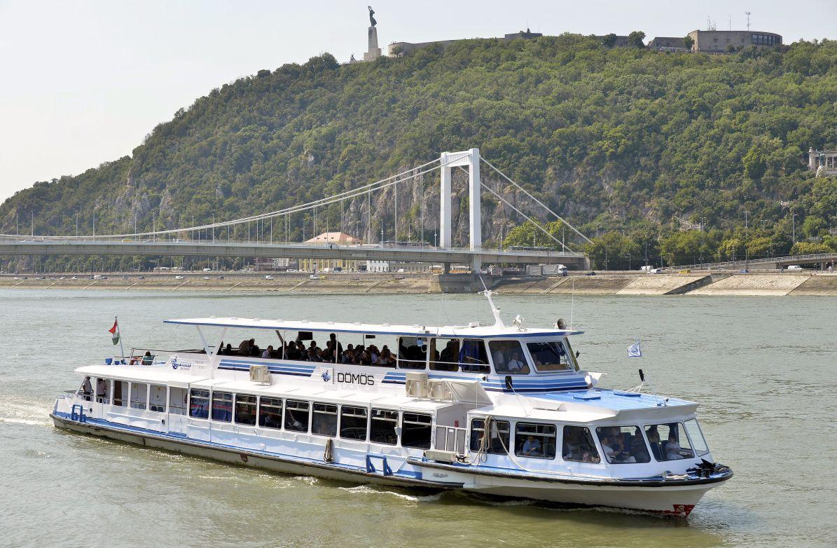 Budapest, 2014. július 16. A felújított Dömös sétahajó a Duna fõvárosi szakaszán, a Vigadó téri hajóállomásnál 2014. július 16-án. MTI Fotó: Máthé Zoltán